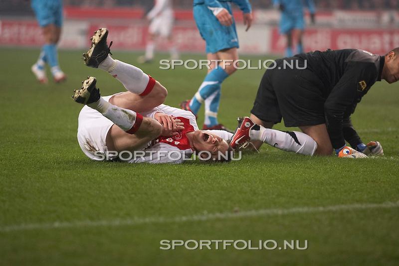 Nederland, Amsterdam, 11 maart 2006 .Eredivisie .Seizoen 2005-2006 .Ajax-PSV (0-0). .Markus Rosenberg (links) van Ajax ligt met een van pijn vertrokken gezicht op de grasmat nadat hij in botsing is gekomen met Gomes (rechts, half zichtbaar), de keeper van PSV...