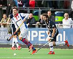 AMSTELVEEN - Diego Arana (Pinoke) met links Inger Wiese (SCHC).. Hoofdklasse competitie heren. Pinoke-SCHC (0-1) . COPYRIGHT  KOEN SUYK