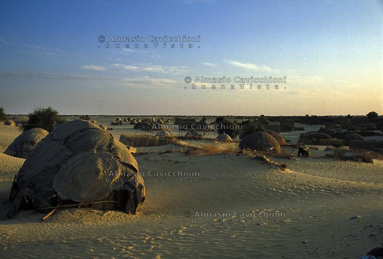 MALI - Timbuctu, abitazioni Tuareg all'esterno della citta'.MALI - Timbuktu, Tuareg tents outside the town