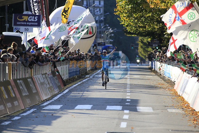 Italian National Champion Vincenzo Nibali (ITA) Astana approaches the finish line in Como to take a solo victory at the end of Il Lombardia 2015 running 245km from Bergamo to Como, Italy. 4th October 2015.<br /> Picture: Eoin Clarke | Newsfile