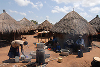 Uganda Kitgum , refugee camp Oryang for refugees of civil war between LRA and Ugandanian army , woman makes country liquor illegally  -   alcoholism alcohol consumption refugee camp / Uganda Norduganda Kitgum ,  Fluechtlingslager Oryang fuer Fluechtlinge des Buergerkrieg zwischen LRA und Regierungstruppen , Frau brennt illegal Schnaps fuer Alkoholkonsum