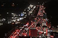 SÃO PAULO, SP, 14/03/2012, TRANSITO RODOVIA DUTRA.<br /> <br /> Na noite de ontem o transito estava completamente parado na Rodovia Dutra no sentido do Rio de Janeiro devido a um acidente que envolveu 3 veiculos e uma moto no Km 226 em Guarulhos.<br /> Uma pessoa ficou ferida e foi socorrida pelo resgate da concessionaria.<br /> <br /> Luiz Guarnieri/ Brazil Photo Press.