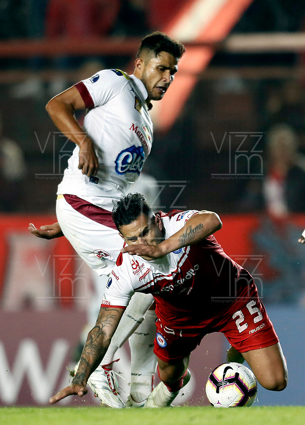 BUENOS AIRES-ARGENTINA: 23-05-2019: Raul Bobadilla de Argentinos Juniors (ARG) y Rafael Carrascal de Deportes Tolima (COL), disputan el balón durante partido de ida, entre Argentinos Juniors (ARG) y Deportes Tolima (COL), por la Copa Conmebol Sudamericana 2019 en el Estadio Diego Armando Maradona de la ciudad de Buenos Aires. / Raul Bobadilla of Argentinos Juniors (ARG), and Rafael Carrascal of Deportes Tolima (COL), figth for the ball during a match between Argentinos Juniors (ARG) and Deportes Tolima (COL) of the first leg, for Copa Conmebol Sudamericana 2019 at the Diego Armando Maradona stadium in Buenos Aires City. Photo: VizzorImage / Javier García Martino / Cont. / Photogamma