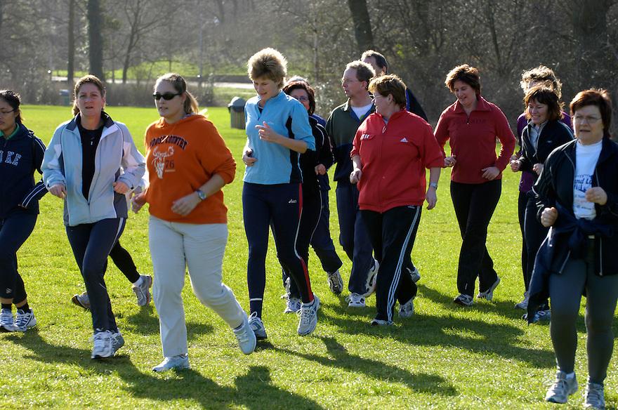 Nederland, Den Haag, 10 maart 2007<br />  <br /> 2e VGZ Nationale Loopdag, georganiseerd door de Atletiek Unie voor Nederland Loop!.<br /> Er worden op diverse plekken in het land loopclinics gegeven waar iedereen aan kan mee doen en waar je op de juiste manier leert lopen, rennen. <br /> lopen; atletiek; gezondheid, bewegen, beweging, joggen, sporten, sport<br />  <br /> Foto: (c) Michiel Wijnbergh