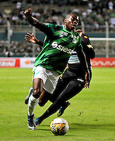 PALMIRA -COLOMBIA-06-11-2015. Helibelton Palacios (Izq) jugador del Deportivo Cali disputa el balón con Johan Arango (Der) de Once Caldas  durante partido válido por la fecha 19 de la Liga Aguila II 2015 jugado en el estadio Palmaseca de la ciudad de Palmira./ Helibelton Palacios (L) player of Deportivo Cali fights for the ball with Johan Arango (R) player of Once Caldas during match for the date 19 of the Aguila League II 2015 played at Palmaseca stadium in Palmira city.  Photo: VizzorImage/ NR /Cont