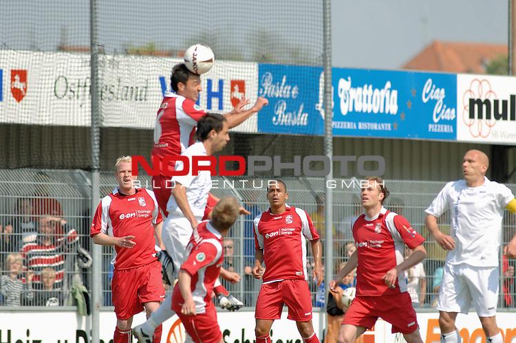 3. FBL 2008/2009 33. Spieltag RŁckrunde <br /> BSV Kickers Emden vs. FC Rot-WeiŖ Erfurt, <br /> <br /> Samil Cinaz (Erfurt #6) im Kopfballduell gegen Andy N&scaron;gelein (Emden #22) , <br /> <br /> Foto &copy; nph (nordphoto)