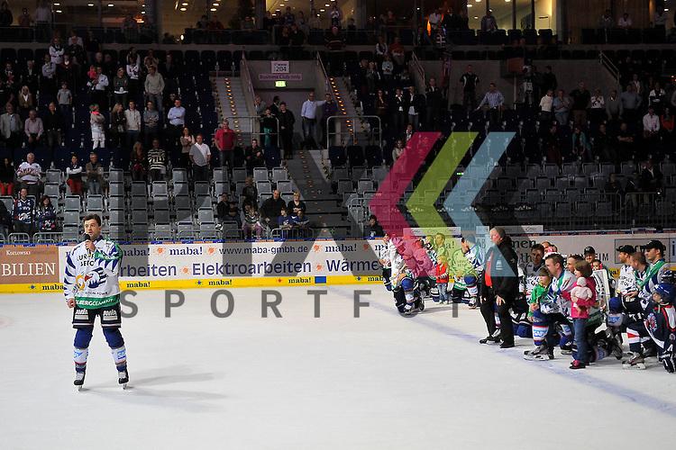 Mannheim 21.10.12, DEL, Adler Mannheim - Grizzly Adams Wolfsburg, die Adler freuen sich ueber den Sieg und feiern das mit den Fans der Adler Mannheim und links stimmt Mannheims Dominik Bittner (Nr.52) die Humba an<br /> <br /> Foto &copy; Ice-Hockey-Picture-24 *** Foto ist honorarpflichtig! *** Auf Anfrage in hoeherer Qualitaet/Aufloesung. Belegexemplar erbeten. Veroeffentlichung ausschliesslich fuer journalistisch-publizistische Zwecke. For editorial use only.