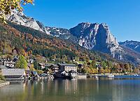 Austria, Styrian Salzkammergut, Grundlsee: village and lake with Backenstein mountain (1.772 m) | Oesterreich, Steyrisches Salzkammergut, Grundlsee: Ort und See mit Backenstein (1.772 m)