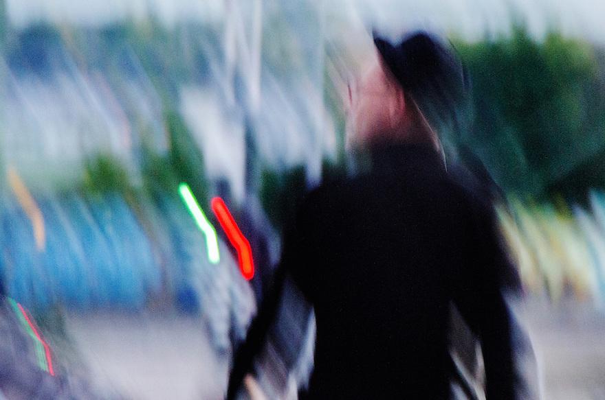 Nederland, Amsterdam, 1 okt 2014<br /> Man, gefotografeerd in avond, met veel bewegingsonscherpte, wat een dynamisch effect geeft.<br /> De man is jazz muzikant en loopt op de brug bij het Bimhuis<br /> Foto: (c) Michiel Wijnbergh