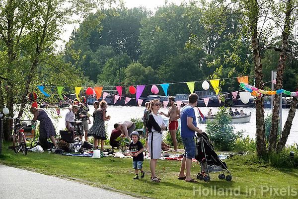 Nederland  Amsterdam - 2019. Relaxen aan de Amstel in het Amstelkwartier. Verjaardagsfeestje.  Foto Berlinda van Dam / Hollandse Hoogte
