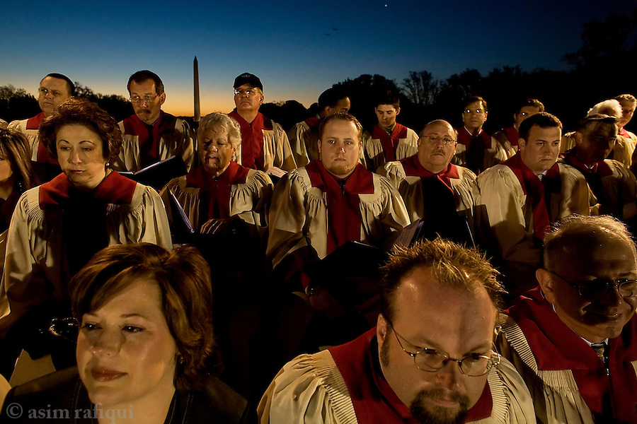 The Capital Church choir performs hymms in view of the Washington Monument and Lincoln's Memorial as part of a series of Easter Day services<br />