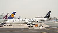 Push-Back eines Flugzeugs der Star Alliance auf dem Vorfeld des Frankfurter Flughafens - Frankfurt 23.10.2019: Schüler machen Zeitung bei Singapore Airlines