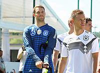 Torwart Manuel Neuer (Deutschland Germany), Joshua Kimmich (Deutschland, Germany) kommen zum Teamfoto - 05.06.2018: Training der Deutschen Nationalmannschaft zur WM-Vorbereitung in der Sportzone Rungg in Eppan/Südtirol