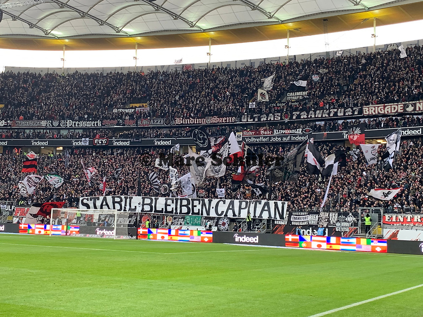 Eintracht Fans mit Botschaft an David Abraham (Eintracht Frankfurt) - 23.11.2019: Eintracht Frankfurt vs. VfL Wolfsburg, Commerzbank Arena, 12. Spieltag<br /> DISCLAIMER: DFL regulations prohibit any use of photographs as image sequences and/or quasi-video.