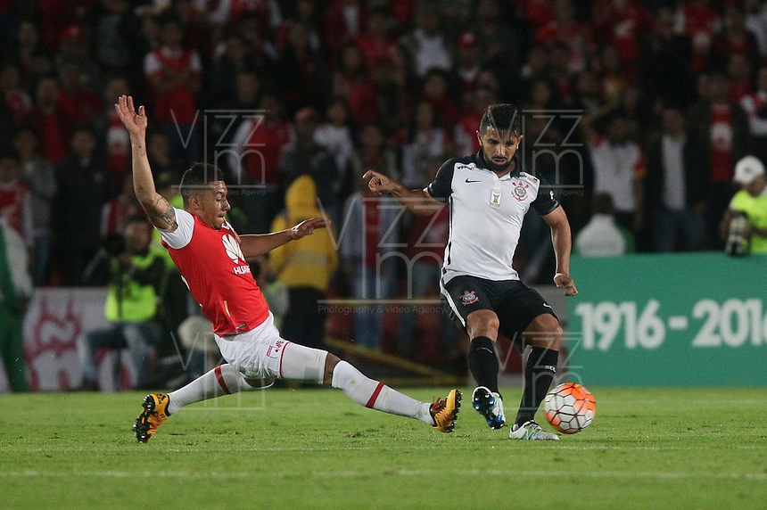 BOGOTÁ-COLOMBIA-06-04-2016: Yeison Gordillo (Izq) jugador de Independiente Santa Fe de Colombia disputa el balón con Guilherme (Der) jugador de Corinthians de Brasil, durante partido de la fecha 5 por la segunda fase, llave G8, de la Copa Bridgestone Libertadores 2016 jugado en el estadio Nemesio Camacho El Campin de la ciudad de Bogotá. / Yeison Gordillo (L) player of Independiente Santa Fe of Colombia fights for the ball with Guilherme (R) player of Corinthians of Brazil during the match of the date 5 for the second phase, G8 key, of the Copa Bridgestone Libertadores 2016 played at Nemesio Camacho El Campin stadium in Bogota city.  Photo: VizzorImage / Ivan Valencia / Cont