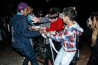 SAO PAULO, SP, 28 MARÇO 2013 - Fans disputa camiseta que atriz Lindsay Lohan jogou em inauguracao da loja John John na Rua Oscar Freire em Sao Paulo. FOTO: AMAURI NEHN / BRAZIL PHOTO PRESS).