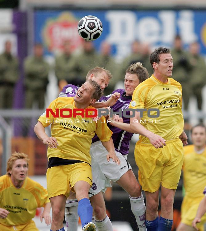 RLN 2005/2006 -  37. Spieltag - RŁckrunde, Osnatel-Arena<br /> VfL OsnabrŁck - BSV Kickers Emden.<br /> Markus Unger und Michael Kniat (Emden, l-r) im Kopfball-Zweikampf mit Dave de Jong und Daniel Flottmann  (Osnabrueck, l-r hinten).<br /> Foto &copy; nordphoto