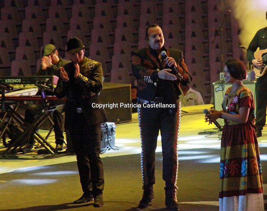 Oaxaca de Ju&aacute;rez, Oax. 29/07/2016.- Con la compa&ntilde;&iacute;a de sus hijos &Aacute;ngela y Leonardo, quienes lo acompa&ntilde;aron en el escenario interpretando un repertorio de canciones del genero folclor, Pepe Aguilar ofreci&oacute; un espectacular concierto en el auditorio del cerro del &ldquo;Fort&iacute;n&rdquo; en Oaxaca, lo anterior en el marco de las fiestas de la &ldquo;Guelaguetza 2016&rdquo;.<br /> <br />  <br /> <br /> Cabe destacar que el auditorio se desbordo de asistentes, siendo poco m&aacute;s de 11 mil los espectadores que asistieron a este concierto, muchos de ellos permaneciendo aun afuera del coloso a falta de espacio al interior.