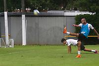 SANTOS - 03 DE ABRIL DE 2015 - TREINO DO SANTOS FUTEBOL CLUBE - CT REI PELÉ - SANTOS/SP<br /> <br /> Jogadores do Santos durante o treino CT Rei Pelé nesta sexta-feira. A se prepara para o clássico contra o Corinthians. <br /> <br />  Foto: Flávio Hopp/Brazil Photo Press