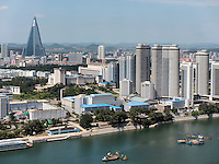Taedong-Fluss und Skyline von Pyongyang, Nordkorea, Asien<br /> Taedong river and Skyline of Pyongyang, North Korea, Asia