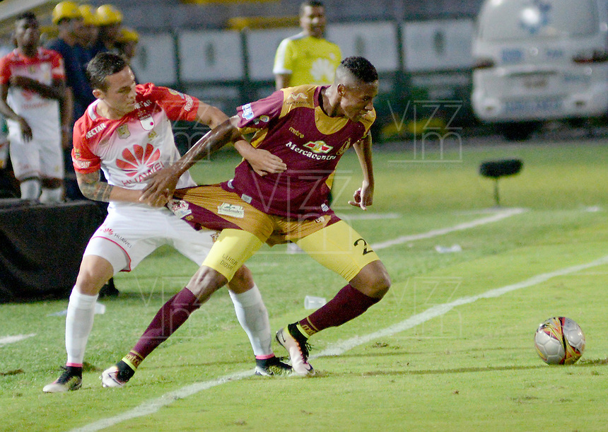 IBAGUÉ -COLOMBIA, 04-03-2015. Davinson Monsalve (Der) del Deportes Tolima disputa el balón con Luis Manuel Seijas (Izq) de Independiente Santa Fe durante partido por la fecha 17 de la Liga Águila I 2016 jugado en el estadio Manuel Murillo Toro de Ibagué./ Davinson Monsalve (R) player of Deportes Tolima struggles for the ball with Luis Manuel Seijas (L) player of Independiente Santa Fe during match for the date 17 of the Aguila League I 2016 played at Manuel Murillo Toro stadium in Ibague city. Photo: VizzorImage / Juan Carlos Escobar / Cont