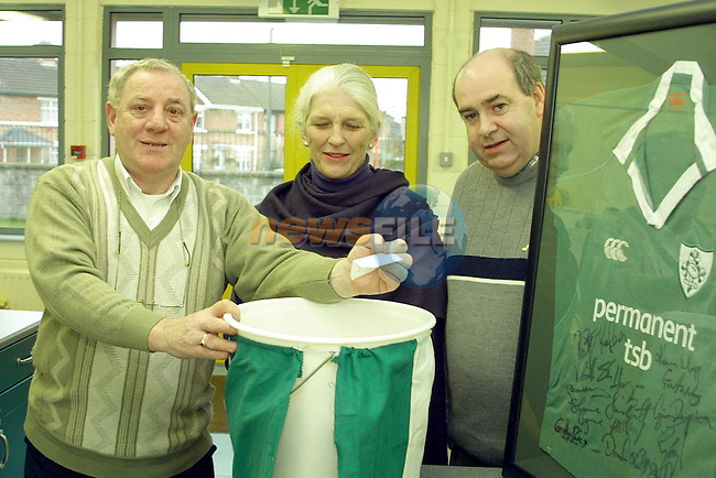 Dermot Finglas LMFM, Clare Leonard and Des O'Callaghan from the Parents & Friends Association St Itas..Photo Noel Shine Newsfile.ie..This Picture has been sent to you by Newsfile Ltd..The Studio,.Millmount Abbey,.Drogheda,.Co. Meath,.Ireland..Tel: +353(0)41-9871240.Fax: +353(0)41-9871260.ISDN: +353(0)41-9871010.www.newsfile.ie..general email: pictures@newsfile.ie