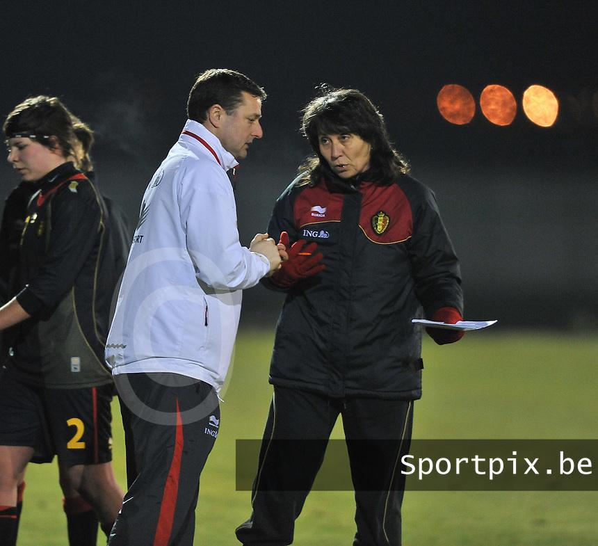 Belgium Dames U19 - selectie brabant jongens U15 :  Fery Ferraguzzi in gesprek met Ives Serneels.foto DAVID CATRY / Vrouwenteam.be