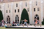 Au cr&eacute;pustule d&rsquo;Ino dans l&rsquo;introvestissement de l&rsquo;extraversion, o&ugrave; est versa vice ?<br /> <br /> Choregraphie : Charlie-Anastasia Merlet<br /> Danseurs : Iris Brocchini, Louis Macqueron, Max Ricat <br /> Compagnie : Centre national de danse contemporaine-Angers <br /> Cadre : Festival Danse &agrave; Royaumont<br /> Date : 01/09/2018<br /> Lieu : Abbaye de Royaumont / Pelouse du batiment des moines<br /> <br /> Credit photo : Laurent Paillier / Fondation Royaumont