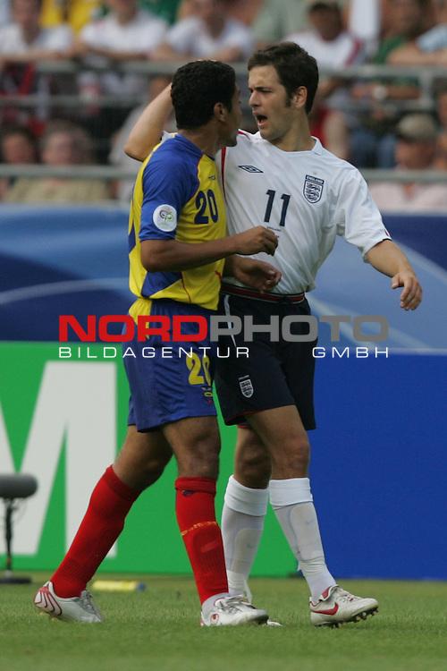FIFA WM 2006 -  Round of Sixteen - / Achtelfinale<br /> Play    #51 (25-Jun) - England vs Ecuador 1:0<br /> <br /> Joe Cole (rechts) von England und Edwin Tenorio (links) von Ecuador geraten aneinander.<br /> <br /> Foto &copy; nordphoto