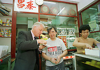 HONG KONG GOVERNOR CHRIS PATTEN IN TAI CHEUNG BAKERY IN HONG KONG.<br /> <br /> PHOTO BY RICHARD JONES/SINOPIX