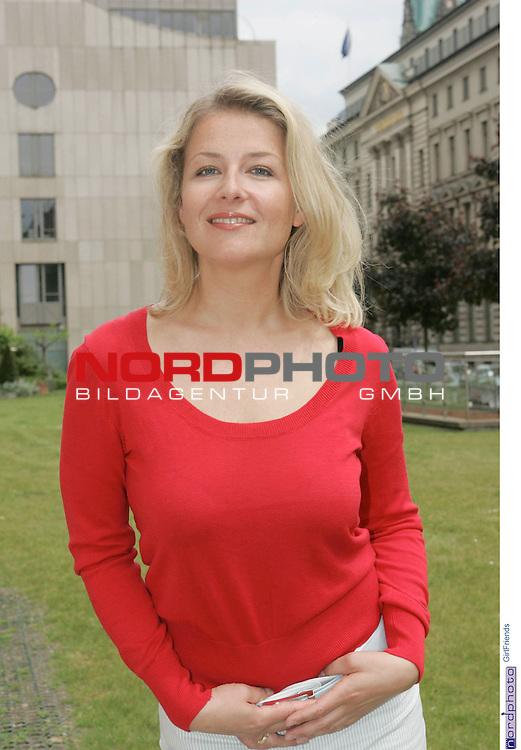 Foto-Call zur ZDF-Serie &quot;GirlFriends&quot;, 7. Staffel<br /> <br /> Am Motiv  &quot;Townhouse&quot;:<br /> <br /> Christina Rainer (Corinna Behrendt).<br /> <br /> Foto &copy; nordphoto / Sarbach<br />  *** Local Caption *** Foto ist honorarpflichtig! zzgl. gesetzl. MwSt.<br />  Belegexemplar erforderlich<br /> Adresse: nordphoto<br /> Georg-Reinke-Strasse 1<br /> 49377 Vechta