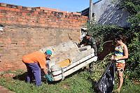 SUMARÉ,SP - 05.05.2015 - COMBATE-DENGUE - Soldados do Exército ajudam no combate a epidemia de dengue na cidade de Sumaré interior de São Paulo. O município tem 6.833 casos positivos confirmados, sendo 604 deles no bairro Maria Antônia. A região é uma das que mais cresce na cidade e recebe novos moradores de várias partes do país. De acordo com a Secretaria de Saúde, a expectativa é vistoriar quatro mil imóveis em 76 quadras. O trabalho será feito em duas semanas nas terças, quartas e quintas-feiras. Além da procura por criadouros do mosquito Aedes egypti, o trabalho dos agentes de saúde prevê orientação sobre a dengue nas escolas e indústrias.( Foto: Eduardo Carmim/Brazil Photo Press)
