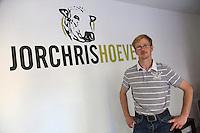 Belgique, Flandre-Occidentale, env de  Bruges, Jabbeke: Dries Carpenter  éleveur bovin,  Ferme: Jorchrishoeve, boeuf des Pays-Bas et la Flandre, aves ses veaux. La ferme s'est vu décerner le titre de meilleure entreprise de viande de Flandre et des Pays-Bas. // Belgium, Western Flanders, near Bruges, Jabbeke: Dries Carpenter cattle farmer Farm: Jorchrishoeve, beef Netherlands and Flanders