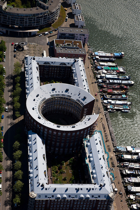 Nederland, Amsterdam, Zeeburg, 12-05-2009; Levantkade met in de voorgrond Venetiehof (Jo Coenen), daarachter (links) Barcelona complex (Bruno Albert).Swart collectie, luchtfoto (toeslag); Swart Collection, aerial photo (additional fee required).foto Siebe Swart / photo Siebe Swart