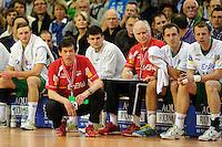 Trainer Velimir Petkovic (FAG) vorfolgt das Spiel in der Hocke vor seiner Bank, rechts Co-Trainer Nedeljko Vujinovic (FAG)