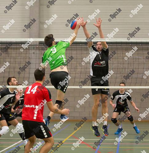 2016-11-12 / Volleybal/ seizoen 2016-2017 / Mendo - Pervol Ruiselede / Jorne Adriaensen(9.Mendo) test het blok van Maarten Vaneenooghe ,Foto: Mpics.be