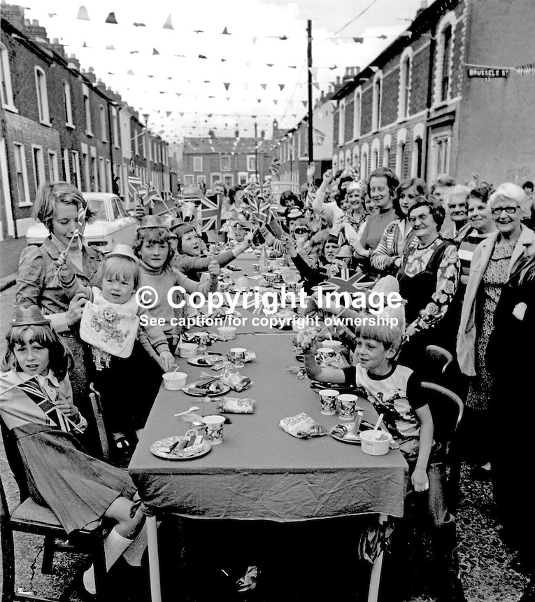 Shankill Road, Belfast, residents celebrate the Silver Jubilee of Queen Elizabeth II with a street party in Matchett Street.  7th June 1977. 197706070089d<br />