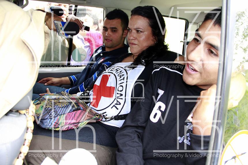 MONTEALEGRE - COLOMBIA - 15-02-2013: Cristian Camilo Yate, (Der.) y  Víctor González (Izq.) agentes de la Policía Nacional, en un vehículo de Comité Internacional de la Cruz Roja (CICR), fueron liberados por las Fuerzas Armadas Revolucionarias de Colombia (FARC), en Montenegro, Departamento del Cauca, febrero 15 de 2013. Yate y González, fueron liberados luego de permanecer tres semanas en poder de las FARC, los agentes fueron entregados a la misión humanitaria conformada por el Comité Internacional de la Cruz Roja y la ONG Colombianas y Colombianos por la Paz. (Foto: VizzorImage / Cont.). Cristian Camilo Yate, (R) and Víctor González (L), National Police officers in a vehicle of the International Committee of the Red Cross (ICRC), was released by the Revolutionary Armed Forces of Colombia (FARC), in Montealegre, Department of Cauca, February15, 2013. Yate and Gonzalez, were released after spending three weeks in FARC captivity, the agents were given to the humanitarian mission made ??by the International Committee of the Red Cross and the NGO Colombianas y Colombianos por la Paz. (Photo: VizzorImage / Cont.).