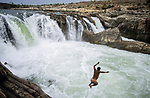 INDIA, state Madhya Pradesh, Jabalpur, Narmada river, Bhedaghat, gorge of Marble rocks and water falls / INDIEN, Narmada Fluss, Bhedaghat, Marmor Felsen und Wasserfall bei Jabalpur