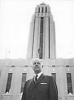 Roger Gaudry, premier recteur laïc de l'Université de Montréal, devant la tour du Pavillon principal (maintenant Pavillon Roger-Gaudry).<br /> [196-].<br /> Source : Division des archives de l'Université de Montréal, D00371FP01725.