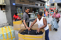 CHINA Guangzhou , african trader buy  textiles in export- and wholesale markets which the ship to Africa for their shops, trader from Ghana pack their boxes for shipping / CHINA , Provinz Guangdong , Metropole Guangzhou (Kanton) , Haendler aus Afrika kaufen in Grosshandels-/Exportmaerkten Textilien fuer Ihre Laeden in Afrika ein, Haendlerinnen aus Ghana verpacken Waren vor ihrem Hotel