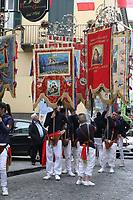 NAPOLI, ITALIA, 17.04.2017 - RELIGIÃO-ITALIA - Devotos durante procissão de Fujenti em Napoli na Italia nesta segunda-feira de Páscoa. É uma tradição que tem continuado por cinco séculos agora, refletindo o primeiro milagre de sangramento de Nossa Senhora. (Foto: Salvatore Esposito/Brazil Photo Press)