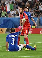 FUSSBALL EURO 2016 VIERTELFINALE IN BORDEAUX Deutschland - Italien      02.07.2016 Giorgio Chiellini (am Boden) und Torwart Gianluigi Buffon (re, beide Italien)