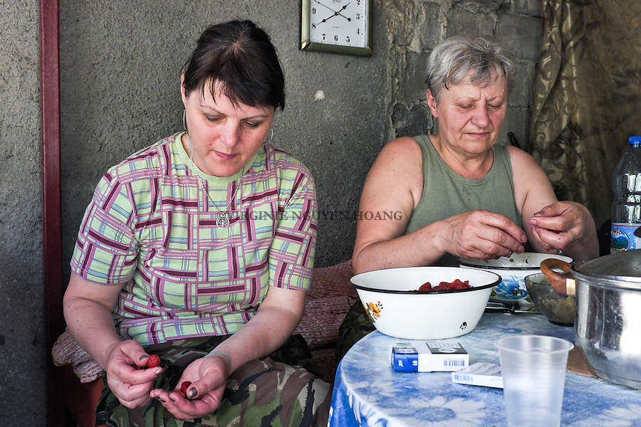 UKRAINE, Pisky: Mama and Irene are cleaning some strawberries that soldiers brought to them. <br /> <br /> UKRAINE, Pisky: Mama et Irene nettoie des fraises que des soldats leur ont apport&eacute;s.