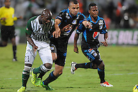 MEDELLÍN -COLOMBIA-17-11-2013. John Valoy (Izq.) de Atlético Nacional disputa el balón con Andres Cadavid (Der.) de Millonarios durante el partido de la final de la Copa Postobón 2013 realizado en el estadio Atanasio Girardot de Medellín./ John Valoy (L) of Atletico Nacional fights for the ball with Andres Cadavid (R) of Millonarios during the match of the final of Copa Postobon 2013 played at Atanasio Girardot stadium in Medellin. Photo: VizzorImage/Luis Ríos/STR