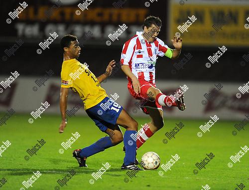2011-08-17 / Voetbal / seizoen 2011-2012 / Hoogstraten - Woluwe-Zaventem / Nwadikwa met Jimmy Fockaert (r, Hoogstraten)..Foto: mpics
