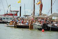 SKUTSJESILEN: LEMMER: Lemster baai, IJsselmeer, 09-08-2012, SKS skûtsjesilen, wedstrijd Lemmer II, ook veel toeschouwers liggen met bootjes in de baai om de wedstrijd te bekijken, ©foto Martin de Jong