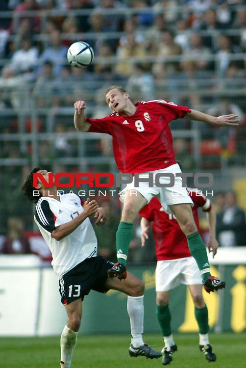 Fussball Laenderspiel EM-Vorbereitung Deutschland vs Ungarn 0:2<br /> Luftkampf zweischen Michael Ballack und Zoltan Szelesi<br /> <br /> <br /> Foto &copy; nordphoto/Guenter Schroeder  *** Local Caption *** Foto ist honorarpflichtig! zzgl. gesetzl. MwSt<br /> Belegexemplar erforderlich<br /> Adresse: nordphoto<br /> Georg-Reinke-Strasse 1<br /> 49377 Vechta