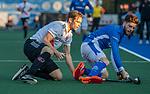 UTRECHT - Mirco Pruyser (Adam) met rechts Lars Balk (Kampong)  tijdens de hoofdklasse hockeywedstrijd mannen, Kampong-Amsterdam (4-3).  COPYRIGHT KOEN SUYK