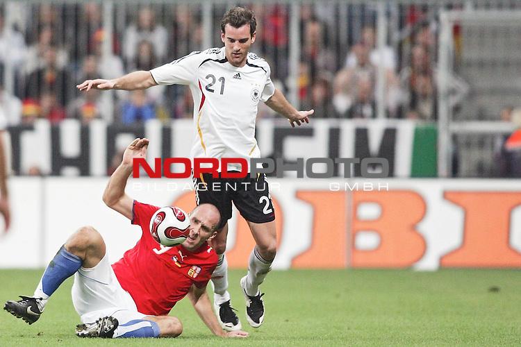 Qualifikation EM 2007 Gruppe: D - Deutschland (GER) vs. Tschechien (CZ). <br /> <br /> Christoph Metzelder (Deutschland #21) gegen Jan Koller (Tschechien #9).<br /> <br /> <br /> Foto &copy; nph (  nordphoto  )<br /> <br /> <br /> <br />  *** Local Caption ***